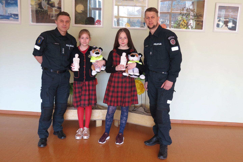 Pilietiškai pasielgusioms G.Kvietkutei ir A.Zemkauskaitei policijos pareigūnai įteikė Angelo sargo statulėles.<br>Šiaulių AVPK nuotr.