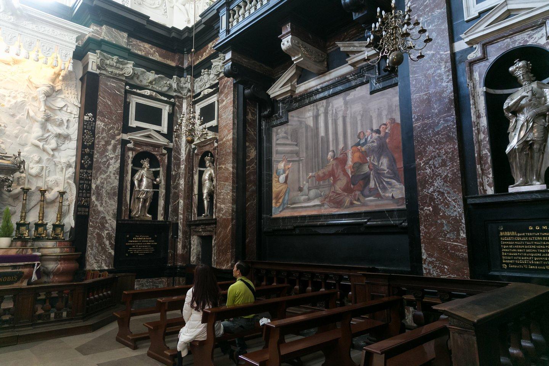 Šv.Kazimiero koplyčia Vilniaus katedroje traukia ir tikinčiuosius ir menotyrininkus.<br>T.Bauro nuotr.
