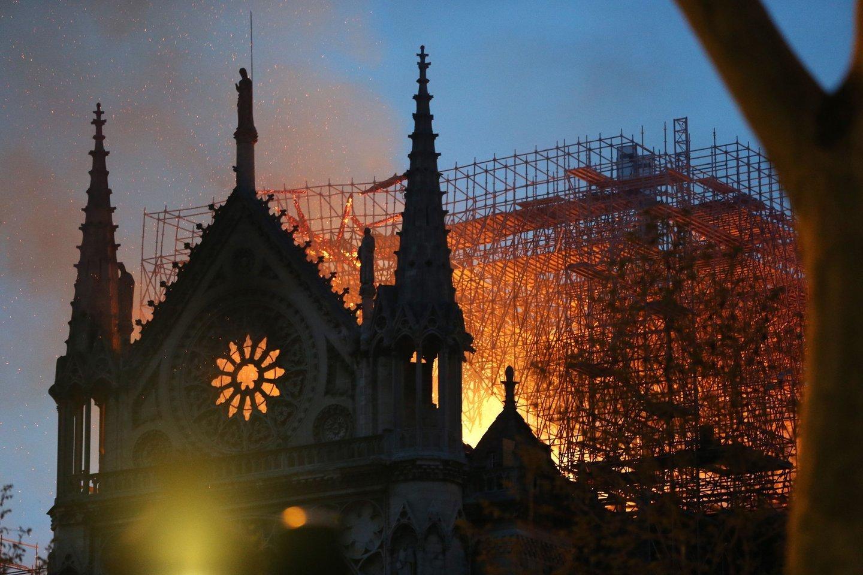 Gaisras Paryžiaus Dievo Motinos katedroje.<br>Sipa Press/Scanpix nuotr.