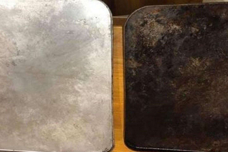 """Nušveistas orkaitės padėklas suspindo, kaip naujas (nuotraukoje dešinėje – prieš, kairėje – po valymo).<br>""""Facebook"""" nuotr."""