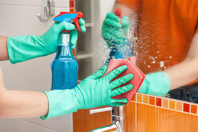 """Nors dažniausiai atskirų cheminių medžiagų aplinkos ore koncentracija nėra didelė, manoma, kad ilgalaikis """"chemikalų kokteilio"""" poveikis gali sukelti įvairius sveikatos sutrikimus ar net ligas.<br>123rf nuotr."""