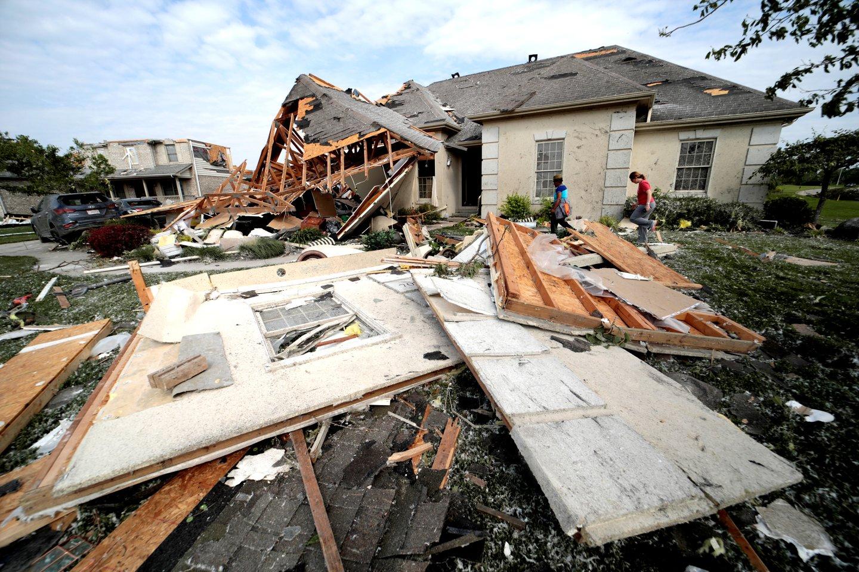 Maždaug 130 žmonių buvo sužeisti per tris galingus tornadus Ohajuje, susiformavusius užėjus audringiems orams, antradienį pranešė ligoninės.<br>Reuters/Scanpix nuotr.