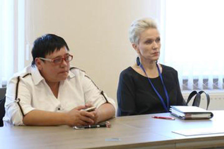 """""""Sfinkso"""" klubo trenerė Diana Arlauskaitė (kairėje) tikina bandžiusi paauglius raminti, tačiau šie išsigando tik kviečiamos policijos.<br>jurbarkosviesa.lt nuotr."""