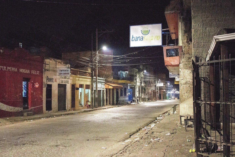 Hondūras pirmauja pagal žmogžudysčių skaičių, o sostinė Tegusigalpa laikoma nesaugiausiu miestu pasaulyje. Kai kurios gatvės valdomos gaujų ir pavojingos nieko nenutuokiančiam turistui. Skirtingi kvartalai aptverti tvoromis.<br>E.Benites nuotr.