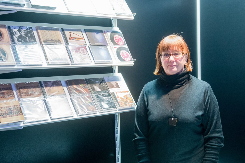 R.Skudienė prie savo leidinių stendo Vilniaus knygų mugėje.<br>J.Stacevičiaus nuotr.