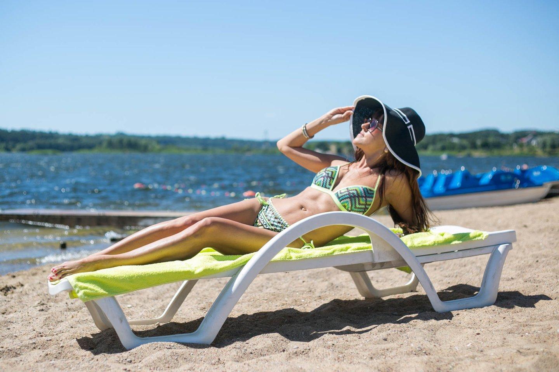 Mėgaujantis saulės voniomis svarbu apsaugoti odą nuo žalingų ultravioletinių spindulių poveikio.<br>G.Bitvinsko nuotr.