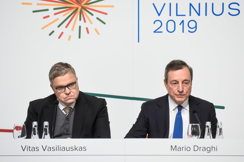 V.Vasiliauskas (kairėje) ir M.Draghi.<br>D.Umbraso nuotr.