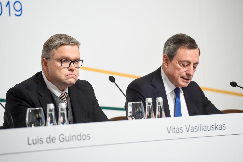 Iš kairės: V.Vasiliauskas, M.Draghi.<br>D.Umbraso nuotr.