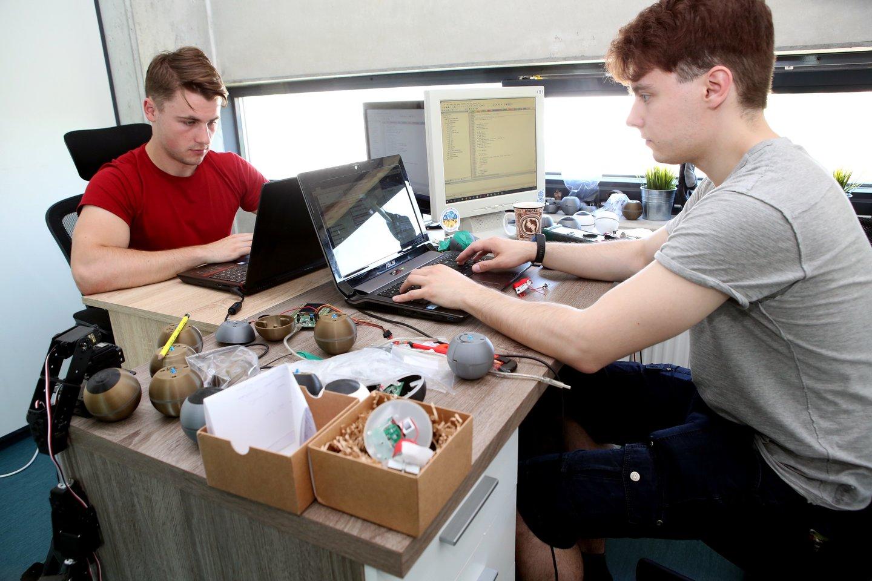 Startuolių įmonėje dirba ir jauni inžinieriai E.Litvinas (kairėje) ir A.Juknevičius.<br>M.Patašiaus nuotr.