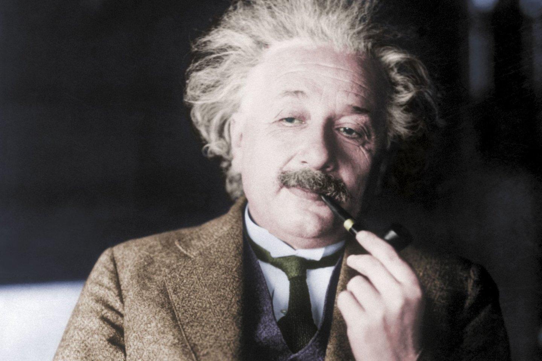 Nors mažai kas kalba apie žymaus genijaus Alberto Einšteino pypkę, būtent ji galėjo padėti jam sukurti pasaulį pakeitusias teorijas ir formules.<br>AKG / Scanpix nuotr.