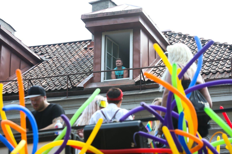 Nuo sostinės Bernardinų sodo pajudėjo tūkstantinė žmonių kolona, nešinų vaivorykštės spalvų vėliavomis, balionais, plakatais. Sostinės centras šurmuliavo tranki muzika, iš atvirų autobusų eitynių dalyviai mojavo praeiviams.<br>R.Danisevičiaus nuotr.