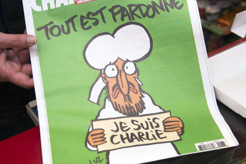 """Po žurnalistų žudynių žurnalas """"Charlie Hebdo"""" vėl išspausdino pranašo Mahometo karikatūrą, o prie spaudos platinimo vietų nusidriekė ilgos leidinį įsigyti norinčiųjų eilės.<br>""""Scanpix/AFP"""" nuotr."""