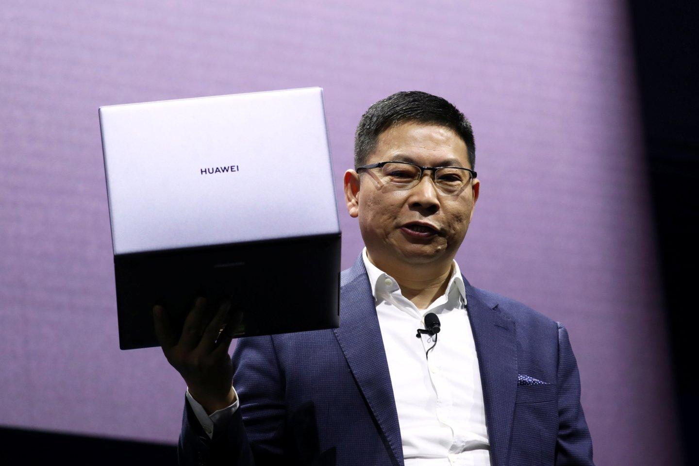 Richardas Yu interviu pareiškė, jog bendrovei gali tekti iš viso atsisakyti šio modelio nešiojamųjų kompiuterių gamybos - jeigu JAV sankcijos galios ilgą laiką.<br>Reuters / Scanpix nuotr.