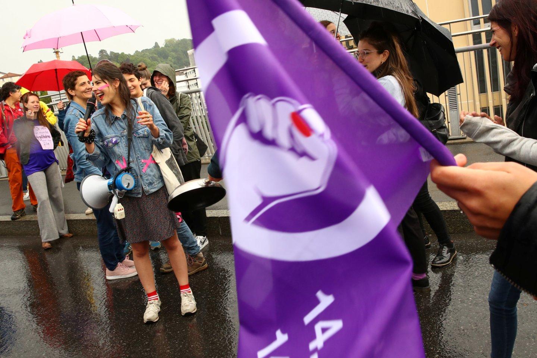 Šveicarijoje penktadienį vyksta demonstracijos, kuriose moterys reikalauja teisingesnio darbo užmokesčio, didesnės lyčių lygybės, taip pat ragina veiksmingiau kovoti su lytiniu priekabiavimu ir smurtu.<br>Reuters/Scanpix nuotr.