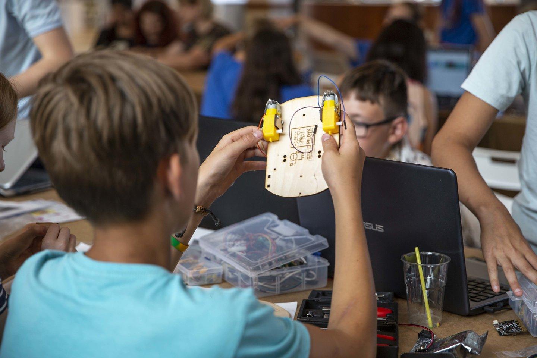 """Renginyje vaikai ne tik kūrė mašinėles ir jomis lenktyniavo, bet ir pristatė pusmetį gamintus bei puoselėtus kūrinius – robotizuotus ir užprogramuotus senus savo žaislus.<br>""""Kompiuteriukai vaikams"""" nuotr."""