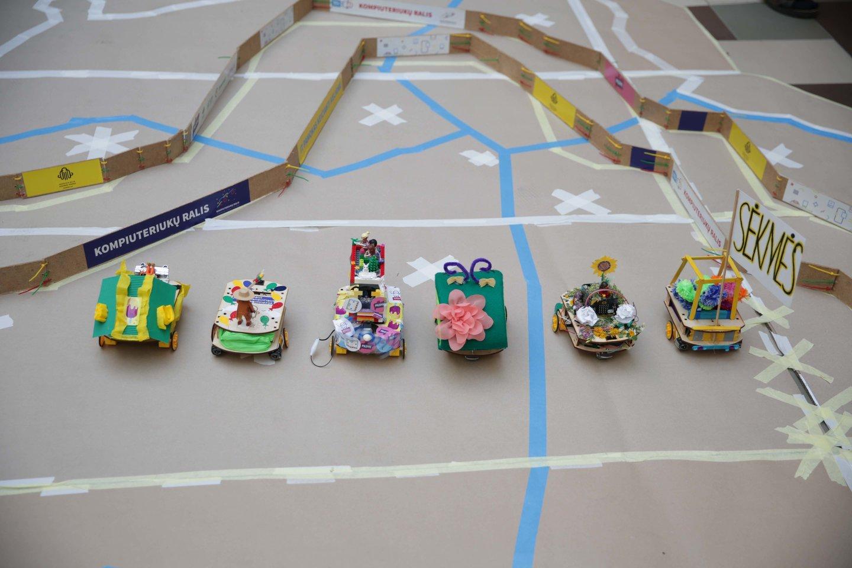 """Daugiau nei 150 penktų–aštuntų klasių moksleivių iš visos Lietuvos šiandien varžėsi pirmą kartą šalyje surengtose """"Micro:bit"""" kompiuteriukais valdomų robotukų lenktynėse """"Aplink Lietuvą"""".<br>""""Kompiuteriukai vaikams"""" nuotr."""