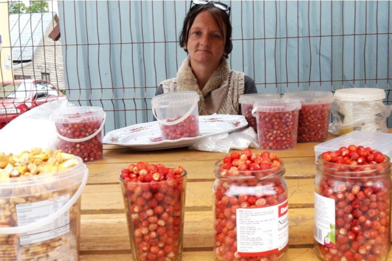 Jotvingių turguje parduoda žemuoges ir voveraites Inga Slavinskienė iš Nemunaičio krašto.<br>Jurgio Kochansko nuotr.