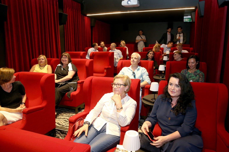 """Kino teatre """"Kino Deli"""" susirinko skirtingų visuomenės sričių atstovai – mokslininkai, menininkai, verslininkai, politikai, aptarti naują projektą – Ateities politikų akademiją.<br>Organizatorių nuotr."""