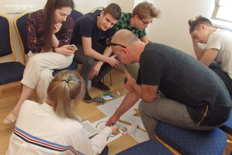 Pasiskirstę į komandas vaikai sprendžia uždavinius, o vėliau – juos kuria.<br>A.Pilaitienės nuotr.