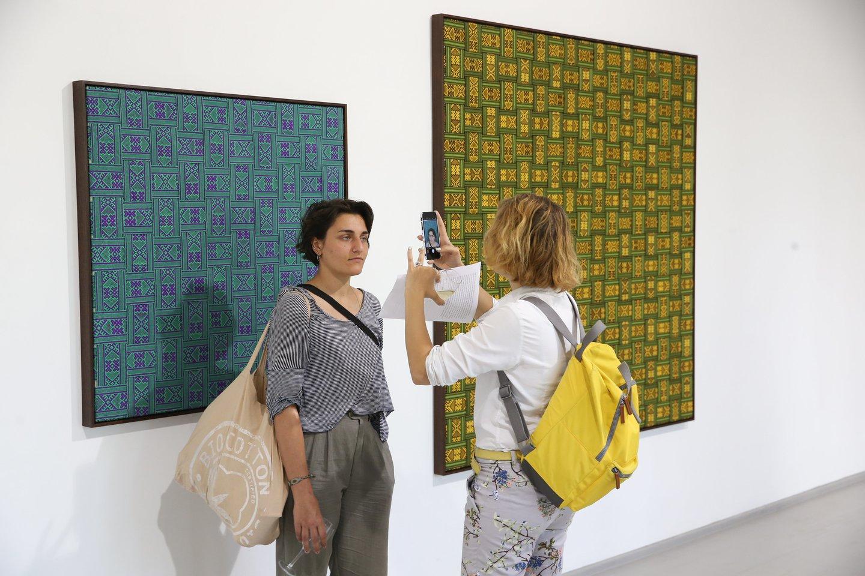 Fotografiją studijavusi menininkė savo kūryboje naudoja ir neįprastas medžiagas – juostas bei šiaudus.<br>R.Danisevičiaus nuotr.