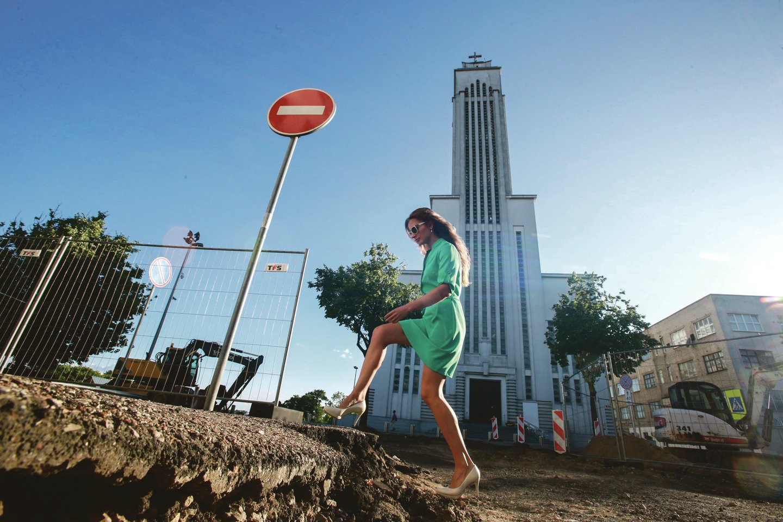 Perkasta Žemaičių gatvė erzina ne tik vairuotojus, bet ir pėsčiuosius. Gatvės remontą planuojama baigti iki rugsėjo 1-osios. Iki tol kauniečiams teks pakentėti.