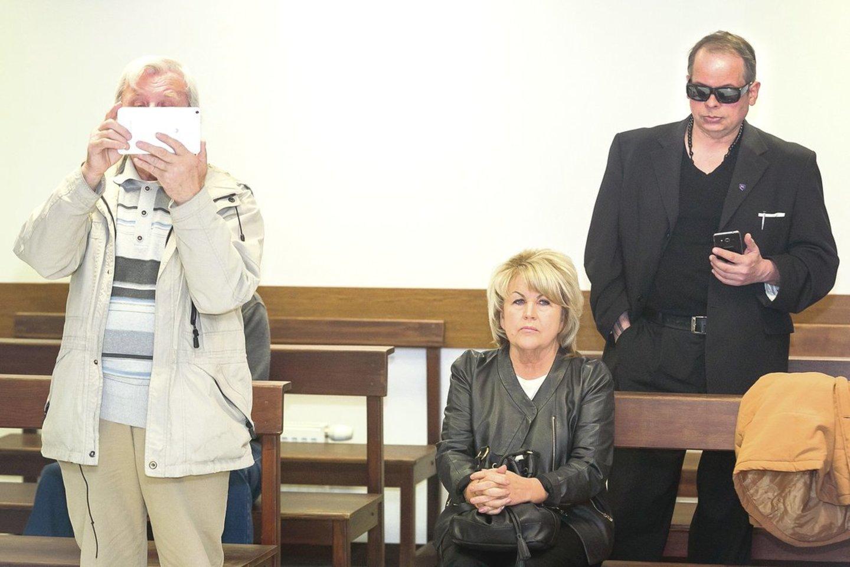 Šiaulių apygardos teismo nuosprendžiu nepatenkinti ir nelegaliu seklių gaujos vadeiva pripažinta A.Skučienė, ir jos parankinis R.Ščiglinskas.<br>T.Bauro nuotr.