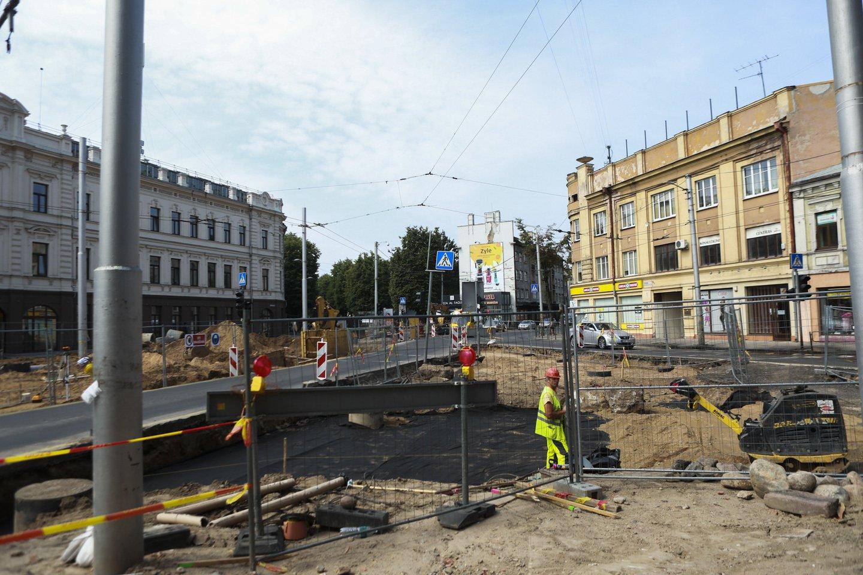 Miesto centras taip pat paverstas apkasų zona. Darbai verda Savanorių pr. ir E.Ožeškienės gatvės sankryžoje.<br>G.Bitvinsko nuotr.