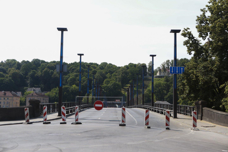Vytauto Didžiojo tilto ir jo prieigų remonto darbai prasidėjo birželio 25 d. Jo uždarymas pakeitė bene daugiausia įprastų kauniečių kelionių maršrutų.<br>G.Bitvinsko nuotr.