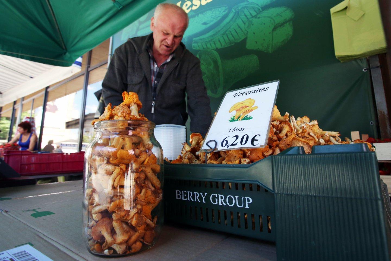 Kauno stoties turguje dzūkas V.Grigas parduoda pirmąsias voveraites<br>M.Pata