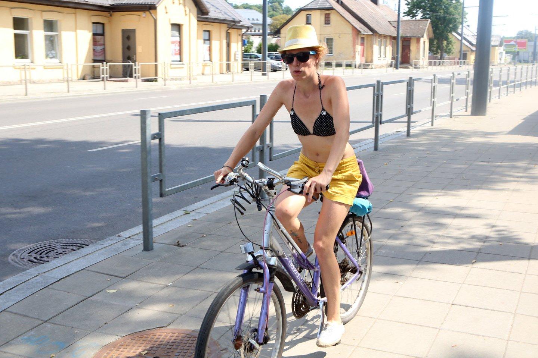 Jei kas nors panorės važinėti automobiliu, kuris labai teršia aplinką, tuomet jis turės įsigyti teisę į tam tikrų teršalų išmetimą iš asmens, kuris savo kvotos neviršija. Taigi tas, kuris važinėja tik dviračiu, galėtų užsidirbti šiek tiek pinigų.<br>M.Patašiaus nuotr.