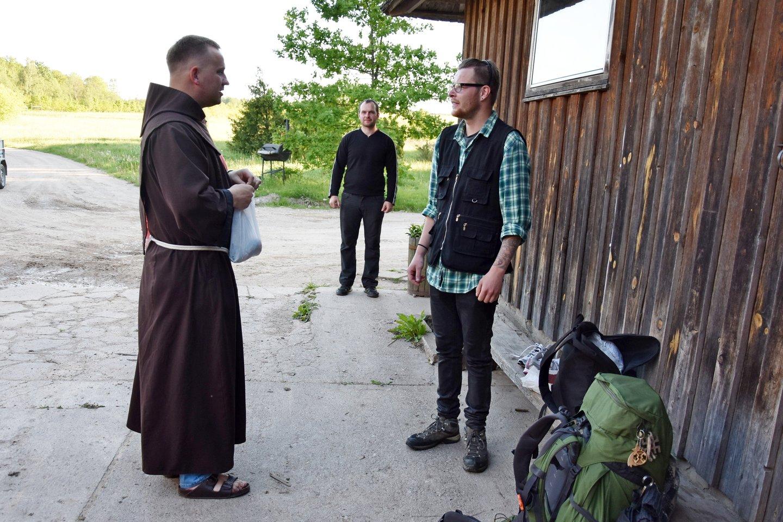Brolis Antanas Blužas OFM prakalbina kiekvieną atvykusį į Pakutuvėnus. <br>A.Srėbalienės nuotr.