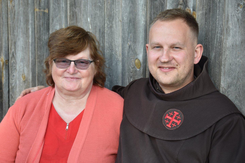 Br. A.Blužas OFM su mama Irena, į svečius atvažiavusia iš Šiluvos.<br>A.Srėbalienės nuotr.