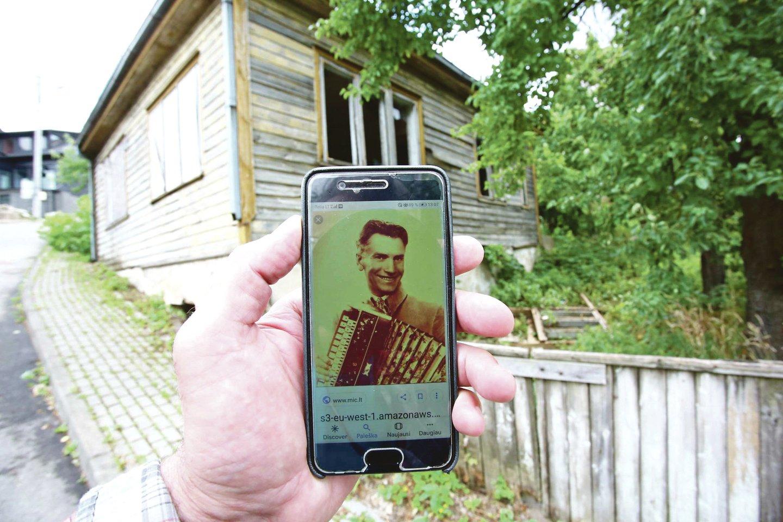 Šiame name gyveno spalvinga tarpukario asmenybė Pupų Dėdė – P.Biržys. Dabar namą valdo jo giminaičiai, bet nei pastatu, nei sklypu beveik nesirūpina.<br>M.Patašiaus nuotr.