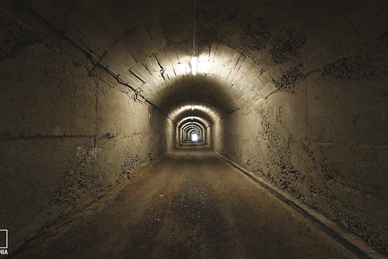 Į bunkerius, kuriuose turėjo slėptis E.Hoxha ir jo bendražygiai, vedė tuneliai.