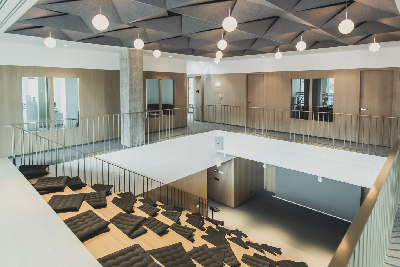 """Į biuro koncepcijos kūrimą įsitraukė ir patys organizacijos darbuotojai, jis išsiskiria savo lankstumu, funkcionalumu, bendradarbiavimą įgalinančiais ir darnią veiklą užtikrinančiais sprendimais bei unikaliu interjero dizainu.<br>""""Sorainen"""" nuotr."""