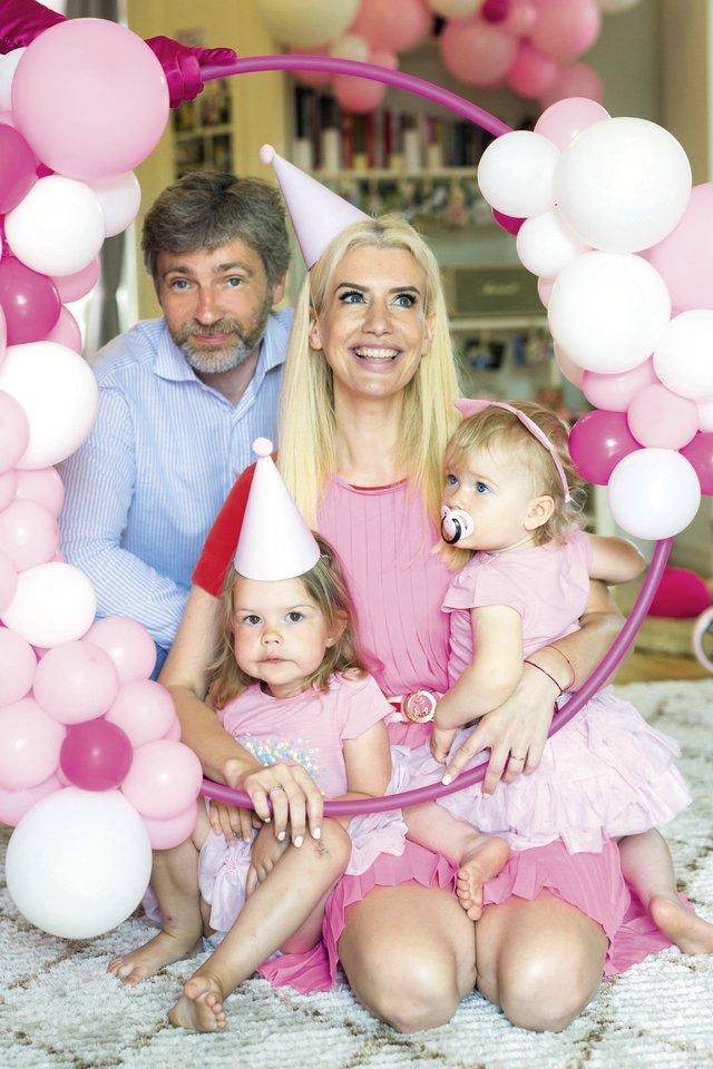 Šiuo metu rožinę spalvą pamėgusi sukaktuvininkė nė nemirktelėjusi pareiškė, koks turi būti jos gimtadienis, – saldus ir rožinis. Šeimai teko prisiderinti.<br>Asmeninio albumo nuotr.