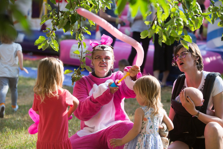 Nustojus lyti šventė nedelsiant buvo perkelta į namų sodelį – čia mažuosius linksmino rožiniai personažai, laukė pripučiami batutai ir muilo burbulai.<br>Asmeninio albumo nuotr.