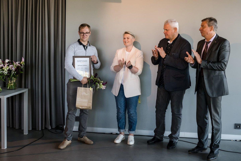 """Konkurso nugalėtojas Ž.Lukošius apdovanotas """"Klaipėdos švyturio ateities"""" stipendija.<br>Organizatorių nuotr."""