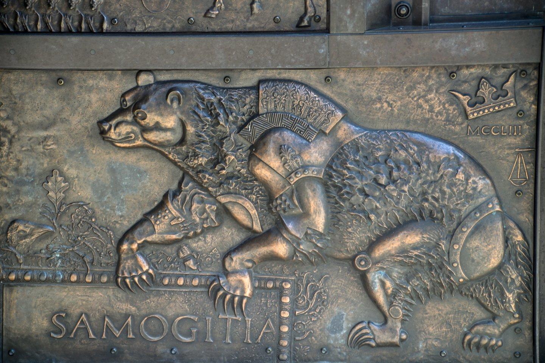 Metalinės katedros durys – prof. Romualdo Inčirausko pavaizduota ir išlieta Žemaitijos krikšto istorija.<br>V.Ščiavinsko nuotr.
