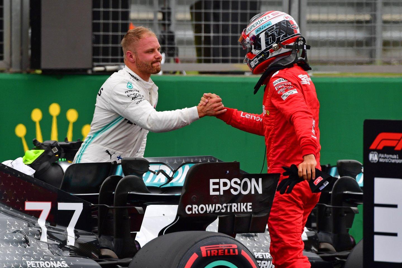 Kvalifikacijos laimėtojas Valtteri Bottas sveikina trečiąją vietą užėmusį Charles'į Leclerc'ą.<br>AFP/Reuters/Scanpix nuotr.