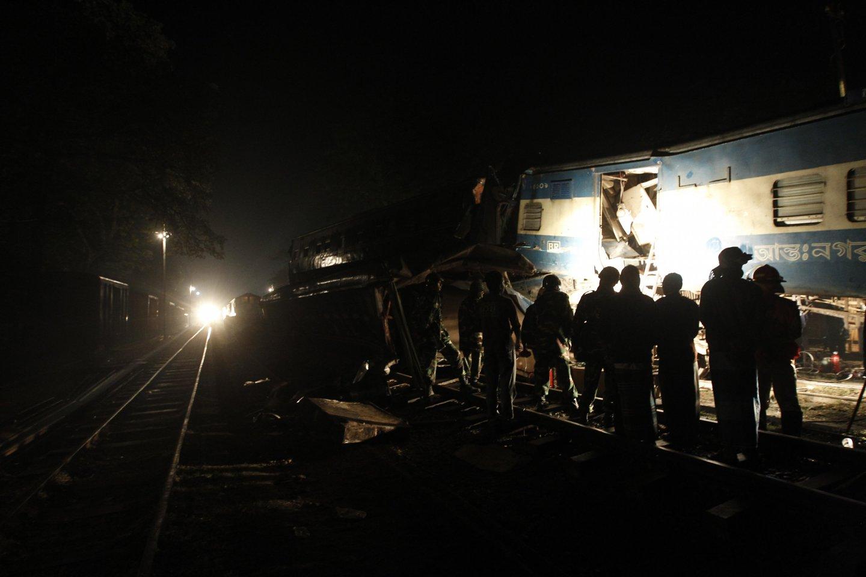 Bangladeše traukiniui įsirėžus į vestuvininkų mašiną žuvo 10 žmonių.<br>Reuters/Scanpix nuotr.