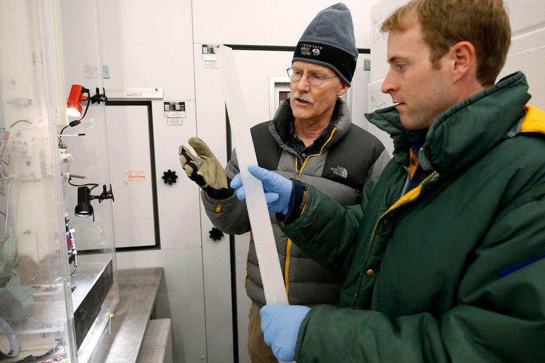 Mokslininkai ištyrė 13 giluminių arktinio ledo mėginių – ledo cilindrų, išgręžtų ledynuose už Arkties rato.<br>DRI nuotr.
