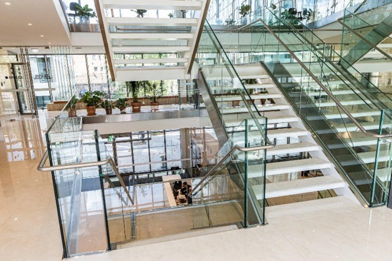 Per kelis verslo centro aukštus išsidėsčiusios erdvės užima 2 477 kv. m plotą, kuriame paruošta daugiau nei 320 darbo vietų.