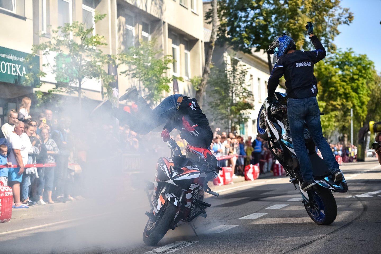 """""""Aurum 1006 km lenktynių"""" dalyvių paradas Palangoje.<br>Vytauto Pilkausko nuotr."""