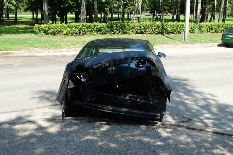 """Kaune susidūrė BMW ir """"Volkswagen Passat"""".<br>A.Karaliūno nuotr."""