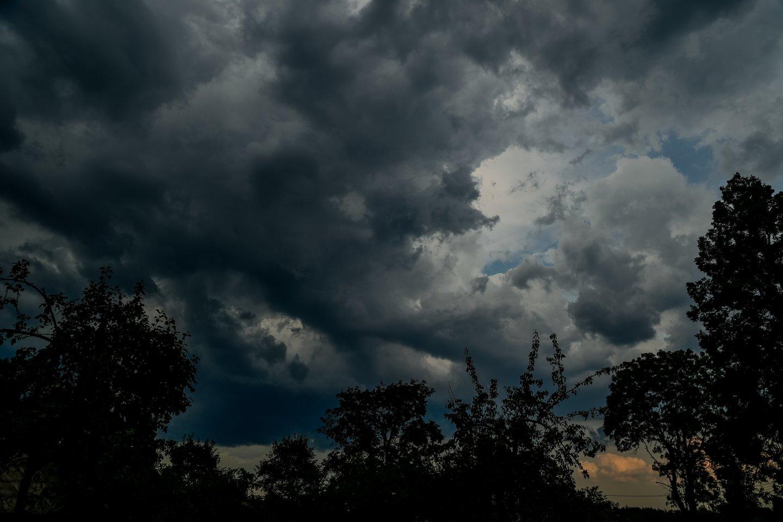 Pirmadienis šalyje bus audringas: dieną daug kur numatomi trumpi lietūs, vietomis smarkūs, perkūnija, kai kur kruša, škvalas.<br>V.Ščiavinsko nuotr.