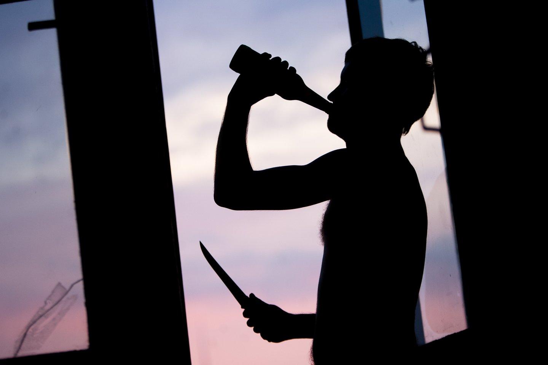 Rokiškio r. visiškai girtas vyras smeigė žmonai peiliu į krūtinę ir pilvą.<br>J.Stacevičiaus asociatyvi nuotr.