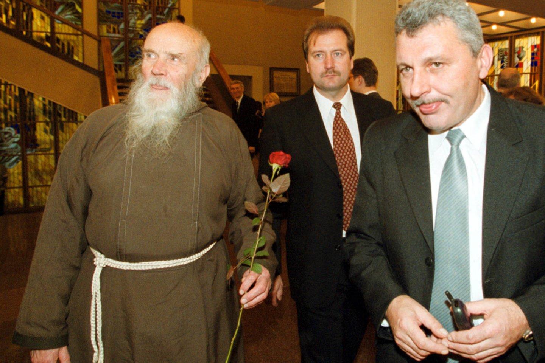 Tėvas Stanislovas, Viktoras Uspaskichas ir Algimantas Salamakinas 2001-aisiais.<br>P.Lileikio nuotr.