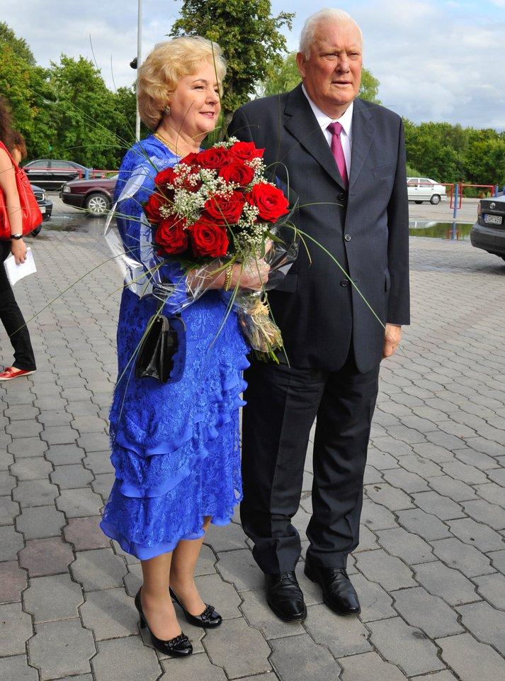 Kristina ir Algirdas Brazauskai sveikina Viktorą Uspaskicha 50-ojo gimtadienio proga 2009-aisiais.<br>V.Ščiavinsko nuotr.