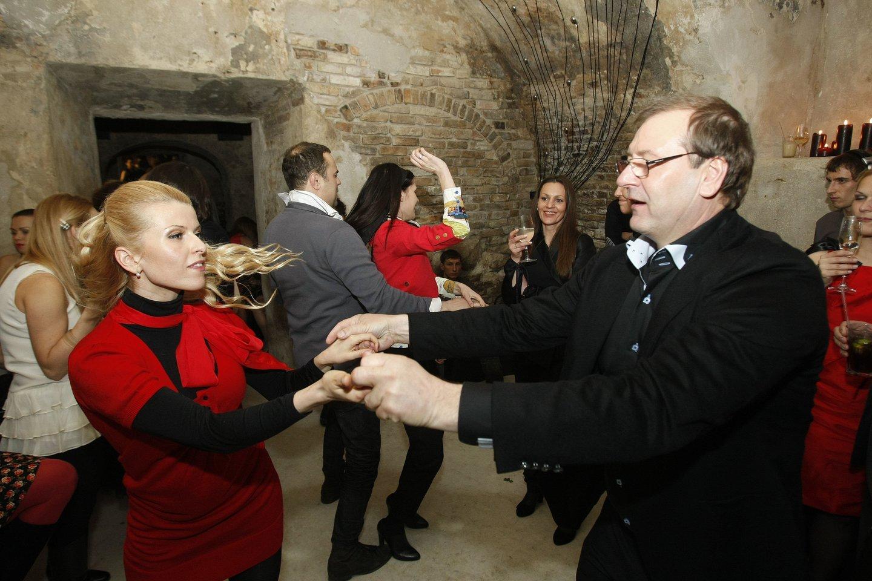 Viktoras Uspaskichas šoka su Rūta Mikelkevičiūte Manto Petruškevičiaus gimtadienyje 2011-aisiais.<br>R.Danisevičiaus nuotr.